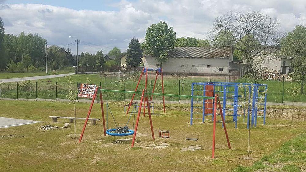 Młode drzewka posadzone w Kopkach przy placu zabaw