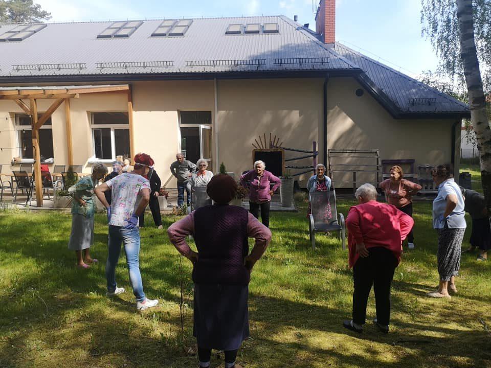 """Seniorzy z Dziennego Domu """"Senior+"""" w Woli Karczewskiej ćwiczą w ogrodzie"""