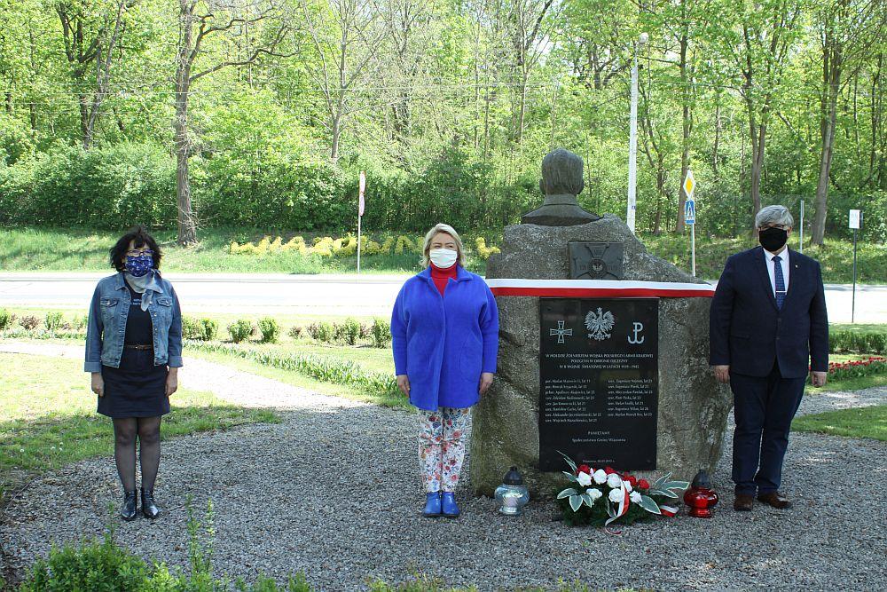 Od prawej: wójt Janusz Budnu, radna Mariola Kublik, naczelnik wydziału Lidia Piotrowska pod pomnikiem na skwerze Grota - Roweckiego w Wiązownie