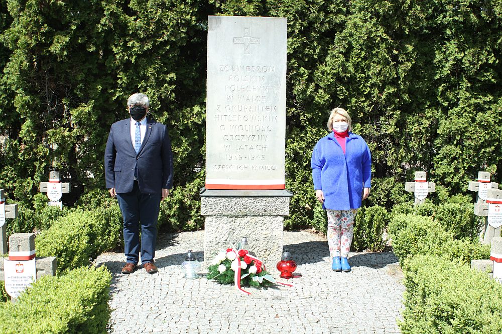 Od lewej: wójt Janusz Budny i radna Mariola Kublik przy pomniku bohaterów II Wojny Światowej