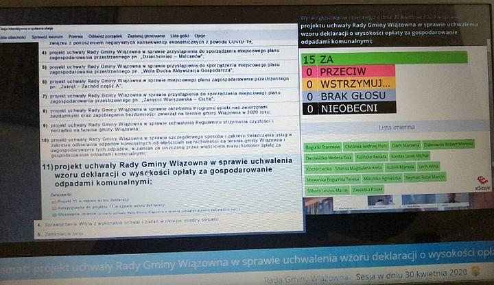 Monitor komputera, na którym wyświetla się obraz zdalnej sesji Rady Gminy Wiązowna. Treść uchwały i głosowanie