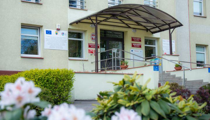 Wejście do Urzędu Gminy Wiązowna