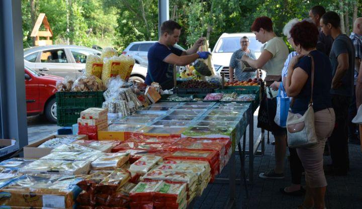 Mieszkańcy robią zakupy na Moi rynku w Wiązownie