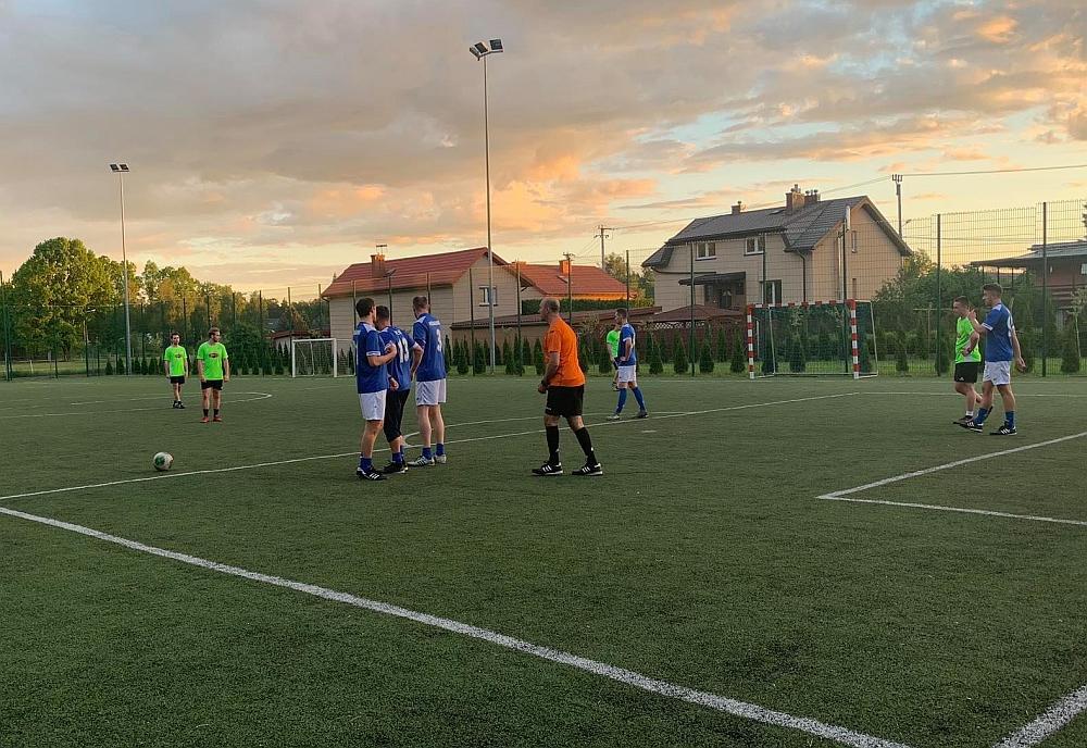 Mecz drużyny TVP z Ostrymi grzybami z Zakrętu na Orliku w Zakręcie