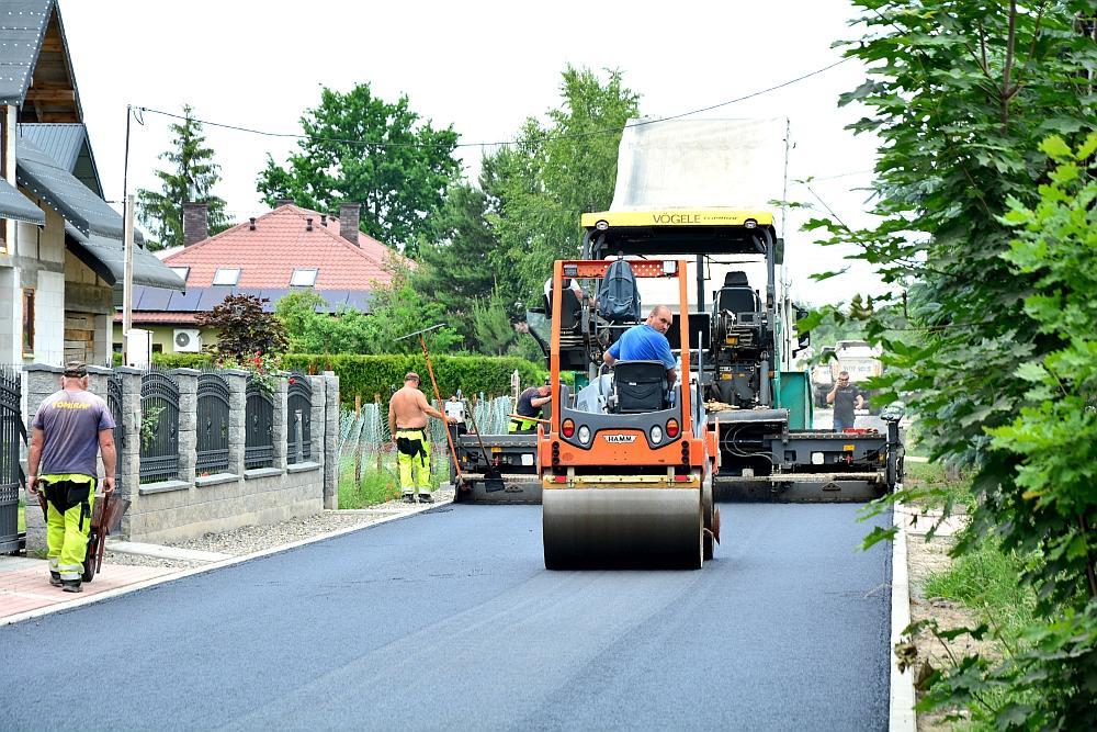 Budowa drogi na ul. Polnej i Brzozowej w Wiązownie. Asflatowanie drogi