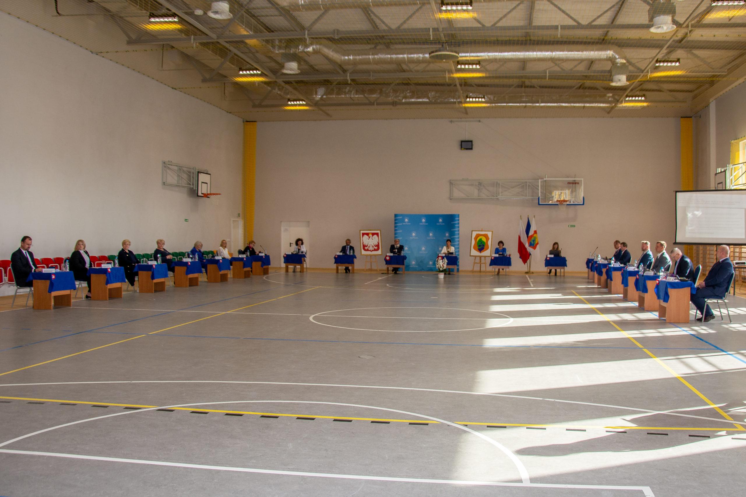 Uroczysta sesja Rady Gminy Wiązowna na sali gimnastycznej w szkole w Gliniance.