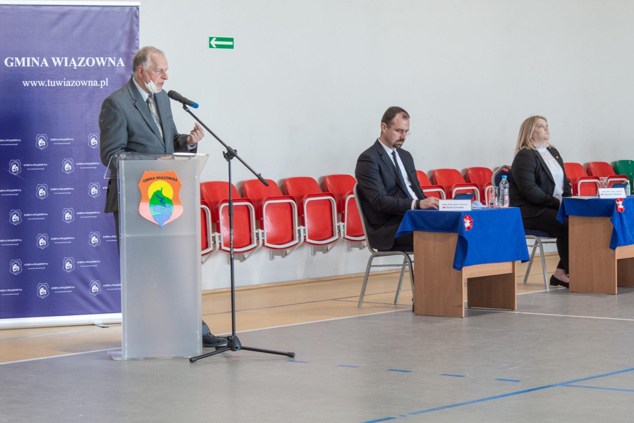 Przemawia były wójt Marek Jędrzejczak