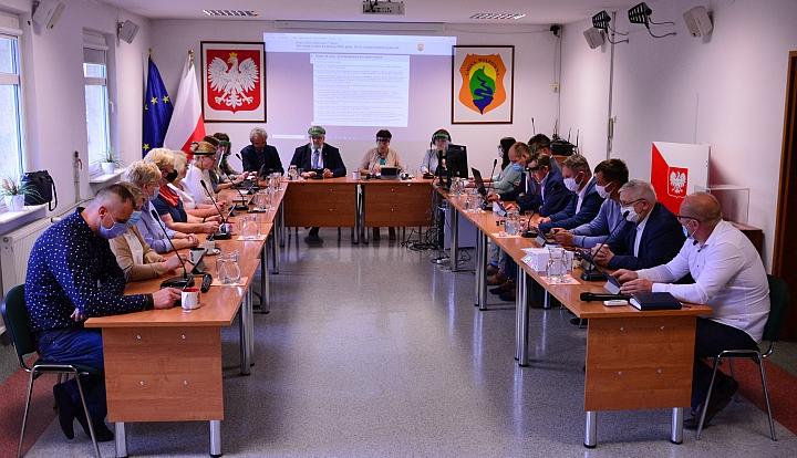 Nadzwyczajna sesja Rady Gminy Wiązowna 9 czerwca. Przyjęto zwiększoną opłatę za śmieci