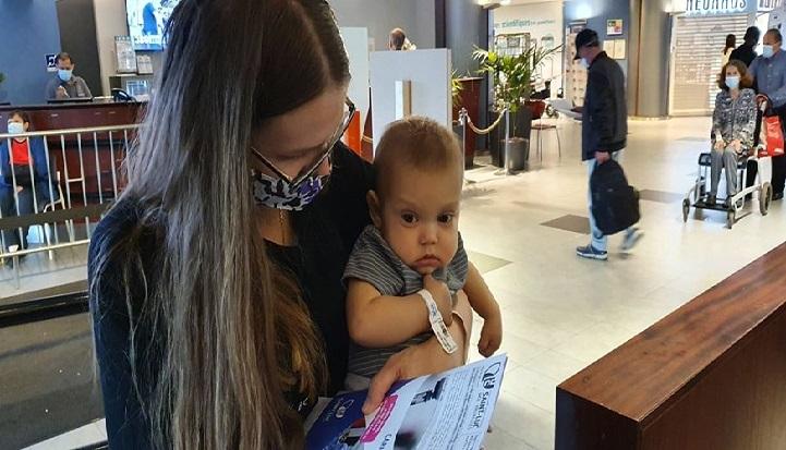 Mały Gabryś wraz z mamą w Centrum Zdrowia Dziecka czeka na wizytę u lekarza