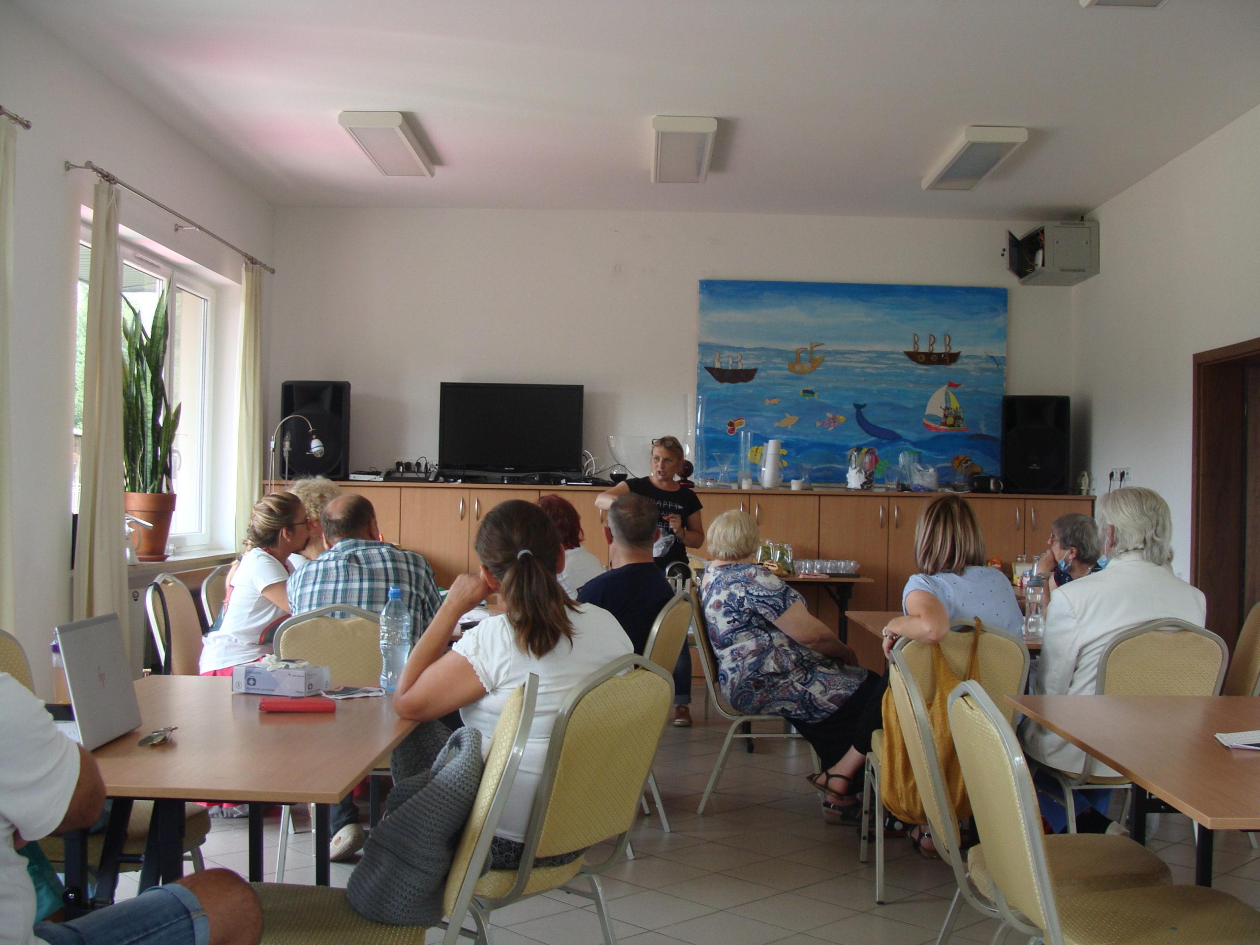 Uczestnicy warsztatów przygotowywania wędlin domowymi sposobami w świetlicy w Izabeli