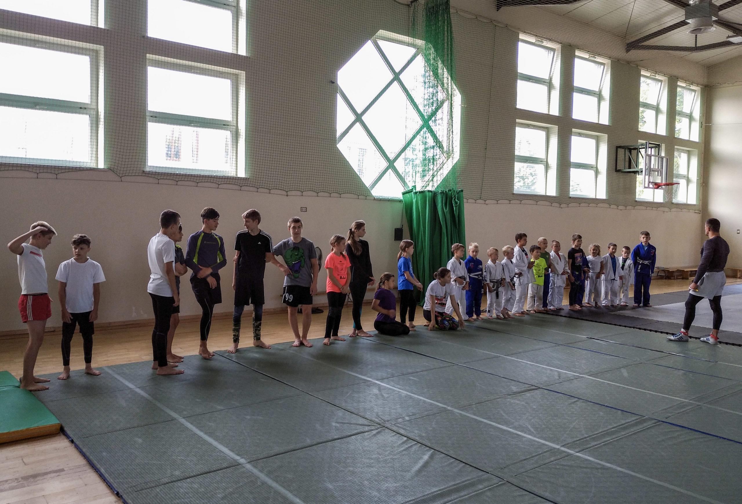 W hali sportowej przy Szkole Podstawowej im. C. K. Norwida w Zakręcie zawodnicy z klubu ORŁY ZAKRĘT trenowali w ramach obozu stacjonarnego