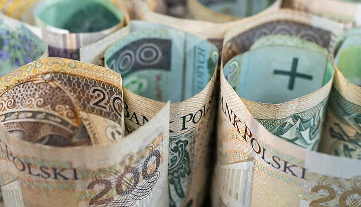 Banknoty 200-złotowe zwinięte w rulony i ustawione jeden obok drugiego