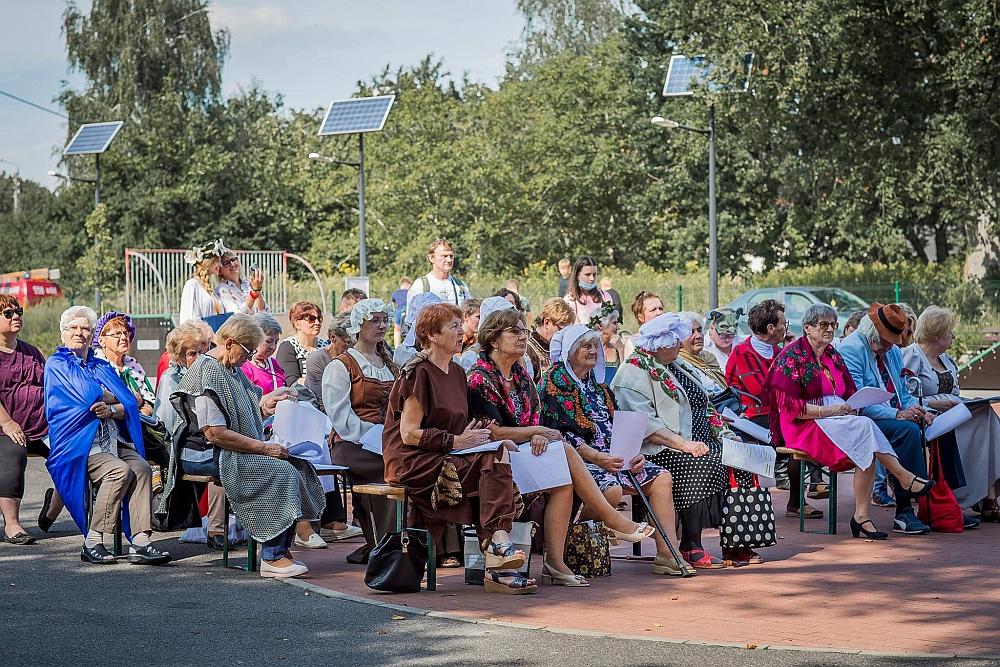 """""""Narodowe Czytanie"""" w Gminie Wiązowna w Gminnym Parku Centrum 5 września 2020 r. Publiczność"""