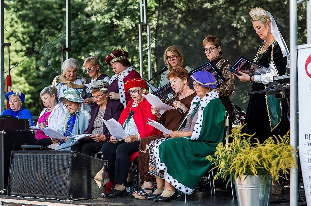 """""""Narodowe Czytanie"""" w Gminie Wiązowna w Gminnym Parku Centrum 9 września 2020 r. Aktorzy na scenie"""