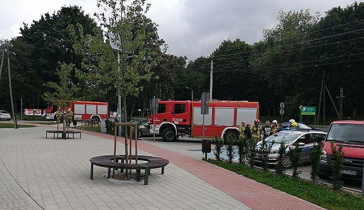 Plac przed Gminnym Ośrodkiem Kultury w Wiązownie. W tle wozy strażackie