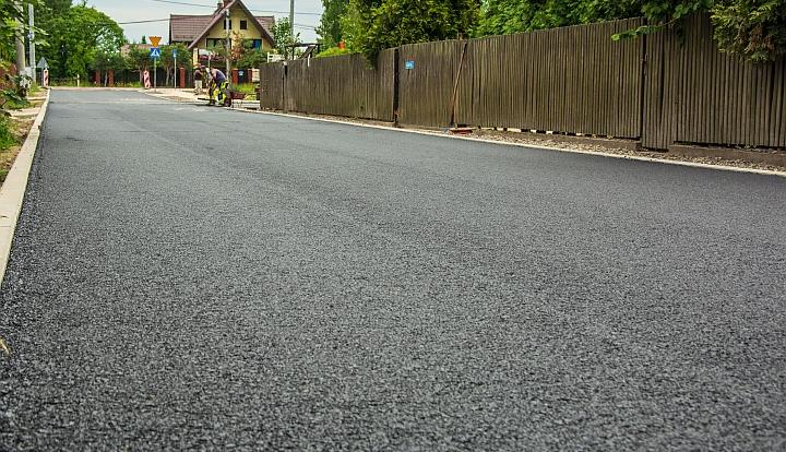 Czarny asfalt na ulicy Polnej w Wiązownie