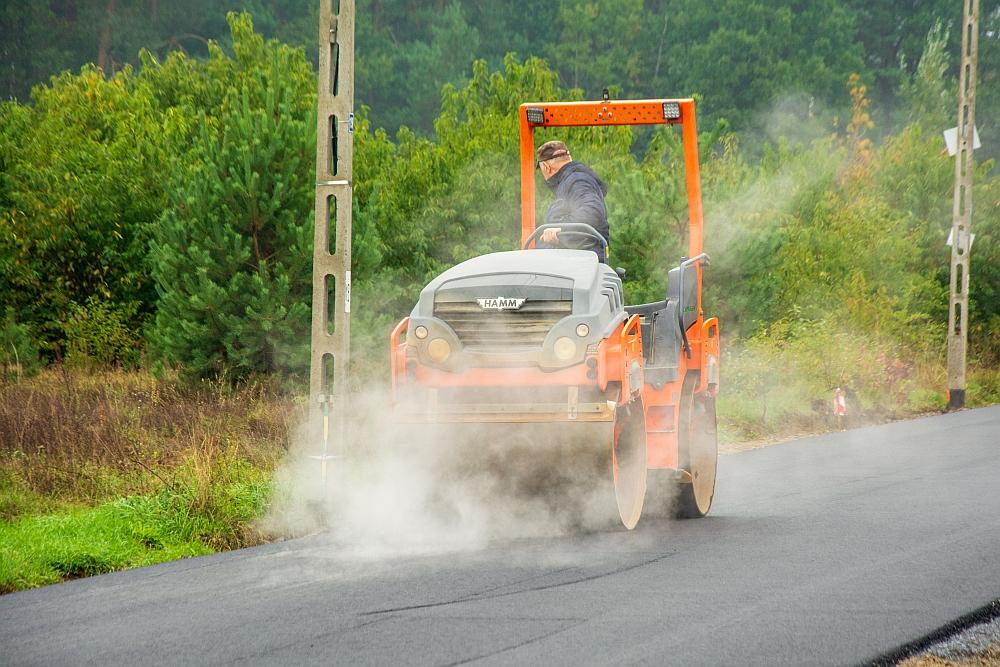 Prace przy asfaltowaniu drogi w Kruszówcu