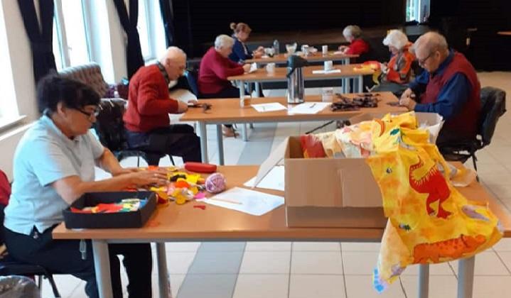 """Seniorzy z Dziennego Domu """"Senior+"""" w Woli Karczewskiej podczas zajęć"""