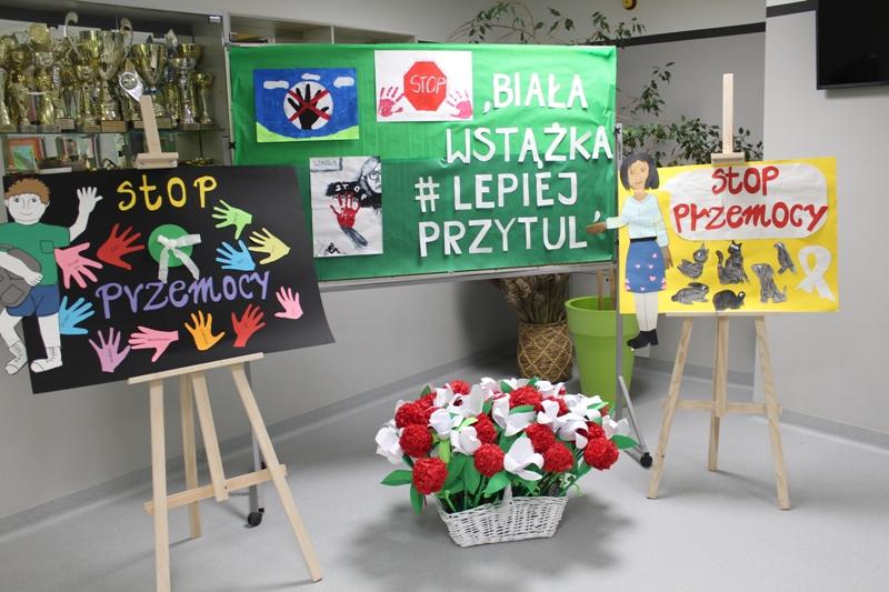 """Szkoła Podstawowa w Zakręcie zainaugurowała akcję """"Biała wstążka"""""""