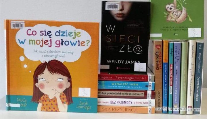 Zestaw książek. Biblioteka udostępniła pozycje, które poruszają różne formy przemocy i radzenia sobie z nią