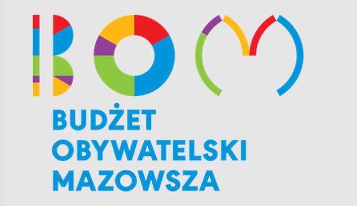Kolorowy napis BOM. Pod spodem na niebiesko Budżet Obywatelski Mazowsza