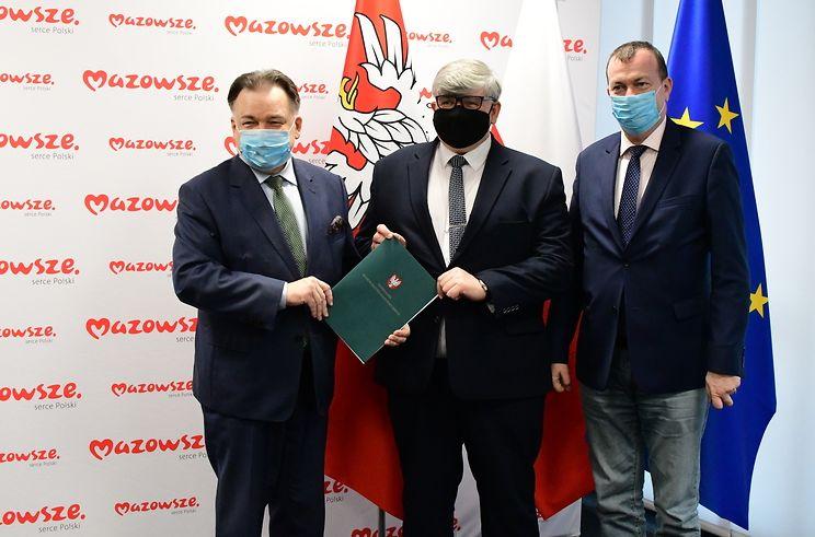 Pamiątkowe zdjęcie po podpisaniu umowy. O lewej: marszałek Adam Struzik i wójt Janusz Budny