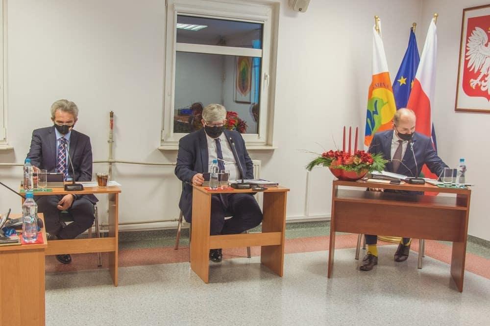 Od lewej: zastepca wójta Tomasz Kostyra, wójt Janusz Budny i przewodniczący rady Andrzej Cholewa