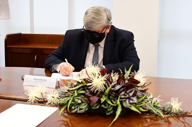 Wójt Gminy Wiązowna Janusz Budny podpisuje umowę przekazania