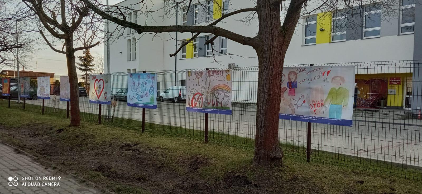 Banery z nagrodzonymi pracami zawisł na ogrodzeniu Szkoły Podstawowej w Gliniance