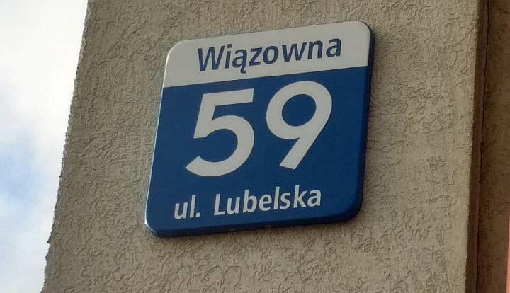 Niebiesko-biała tabliczka z napisem Wiązowna, ulia Lubelska 59