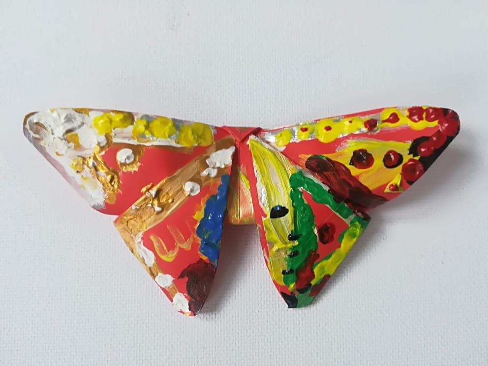 Motyl z papieru pomalowany na kolorowo farbami