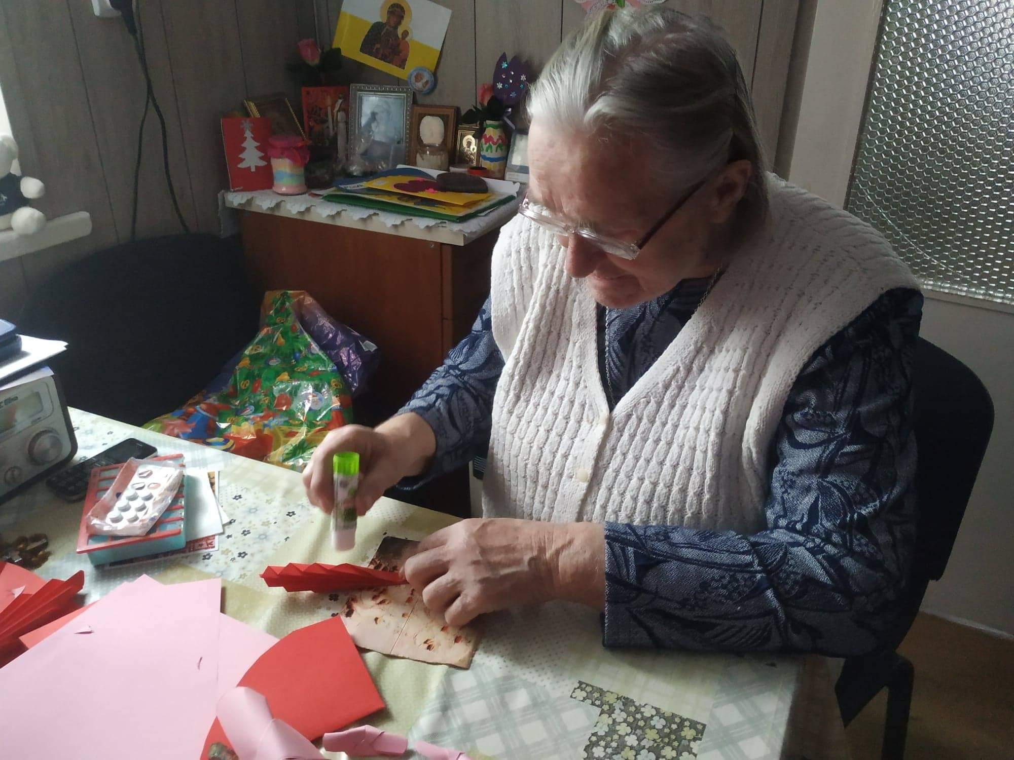 Seniorka wykonuje prace artystyczną