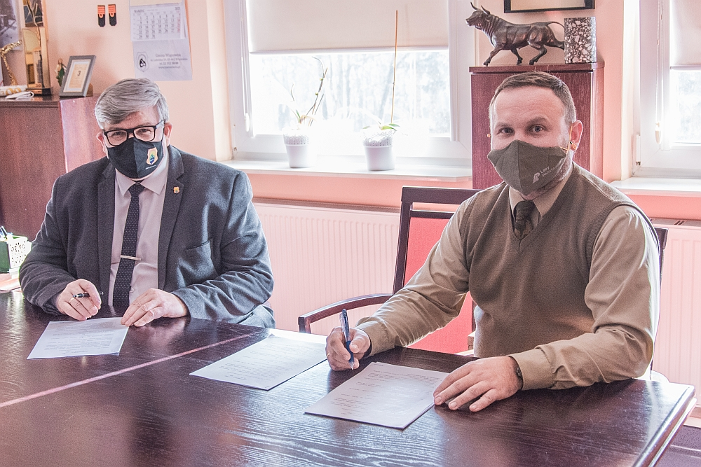 Wójt Gminy Wiązowna Janusz Budny i Nadleśniczy Artur Dawidziuk podpisują umowę
