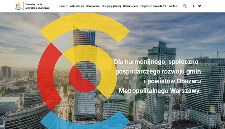 Pomarańczowo-czerwono-niebieski znak w formie okręgów. Napis Dla harmonijnego, społeczno-gospodarczego rozwoju gmin i powiatów Obszaru Metropolitalnego Warszawy.
