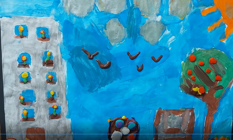 Wyklejanka z plasteliny. Niebieskie niebo, drzewo z jabłkami, kompostownik, budunek
