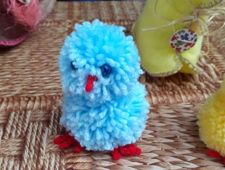 Niebieski kurczaczek zrobiony z włóczki