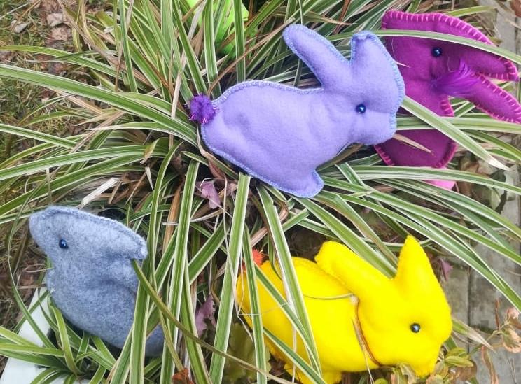 Niebieski i żółte króliczki uszyte z filcu