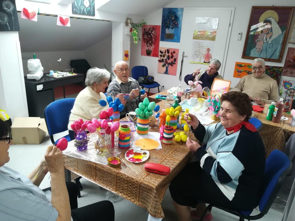 Seniorzy przygotowują ozdoby wielkanocne