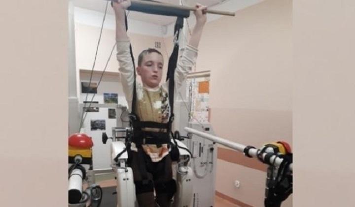 Chłopiec podczas rehabilitacji