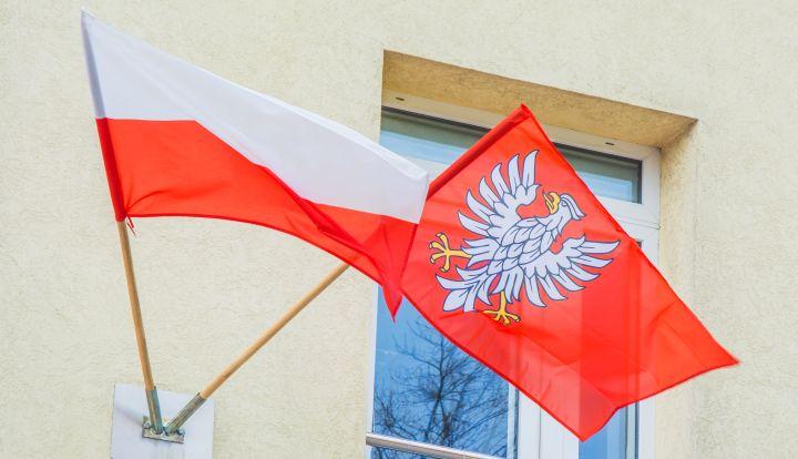Flaga narodowa i flaga Mazowsza na budynku Urzędu Gminy w Wiązownie