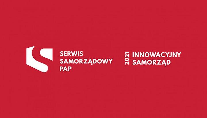 """Czerwone tło. Na nim napisy"""" Serwis Samorządowy PAP, Innowacyjny Samorząd 2021"""