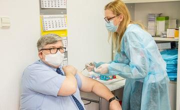 Wójt Janusz Budny podczas szczepienia na COVID-19