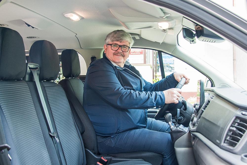 Wójt Janusz Budny za kierownicą nowego auta do przewozu osób starszych i niepełnosprawnych