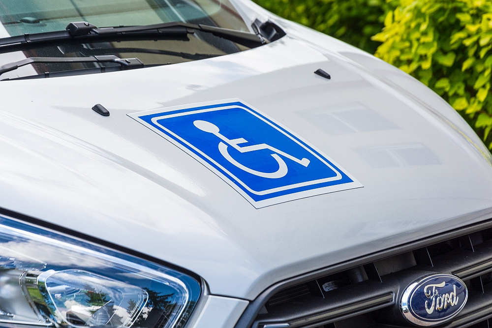 Zakupione przez nas auta wyposażone są w windy oraz w pełni dostosowane do przewozu osób z niepełnosprawnościami