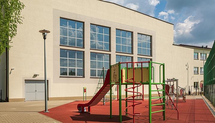 Szkoła Podstawowa w Malcanowie. Widok od tyłu na halę sportową i plac zabaw dla dzieci