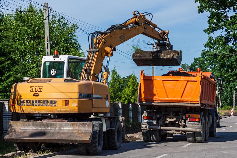 Prace przy budowie odcinka drugiej ścieżki rowerowej na ul. Kąckiej w Wiązownie