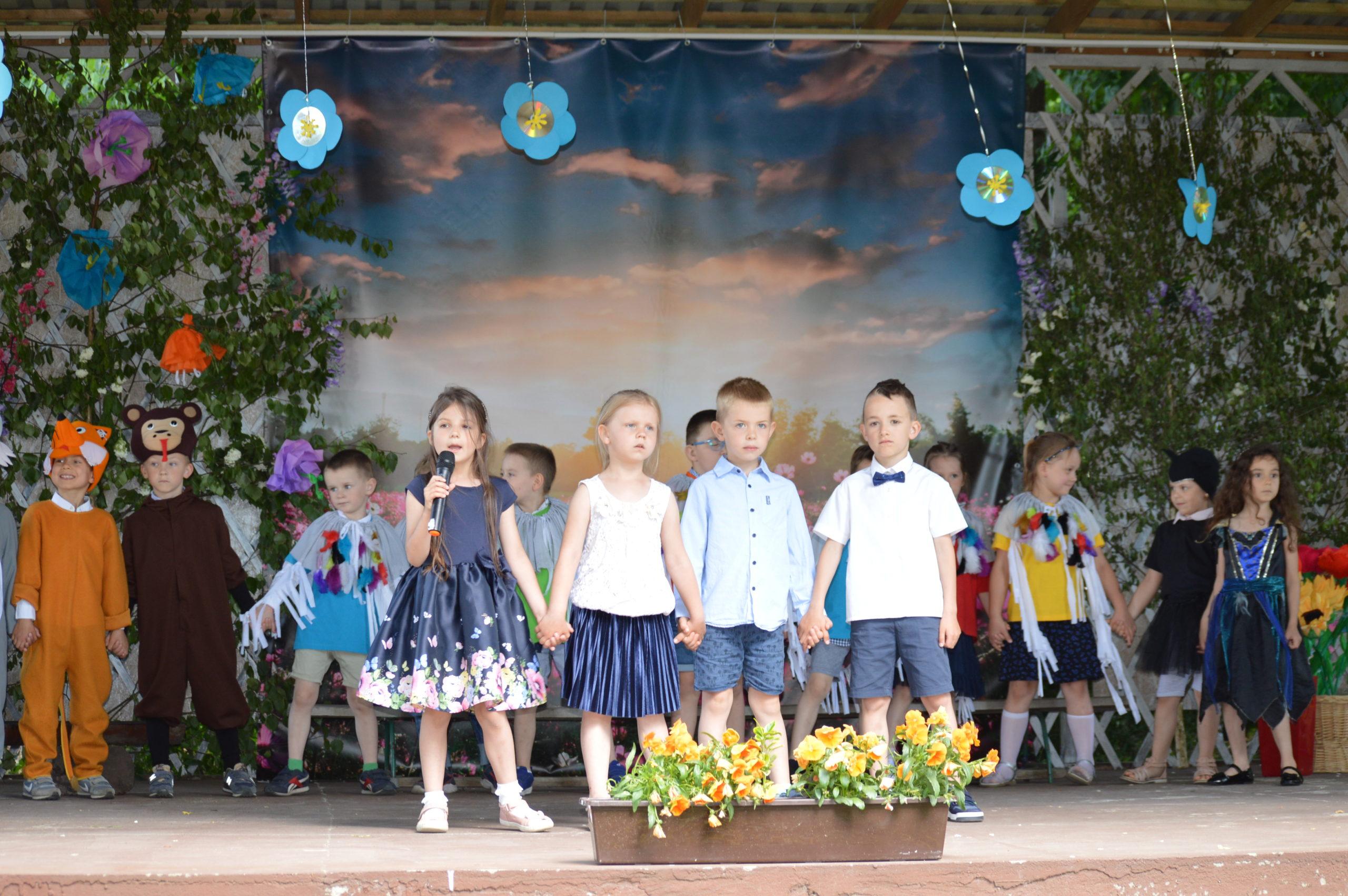 """Przedszkolaki z grupy """"Misiaczki"""" wystawiły sztukę w języku angielski z okazji Dnia Mamy i Taty"""