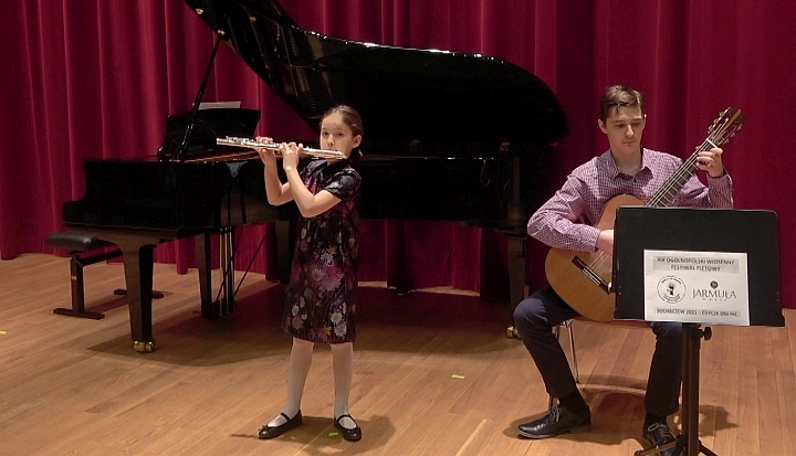 Felicyta Sokołowska gra przy akompaniamencie brata Benedykta