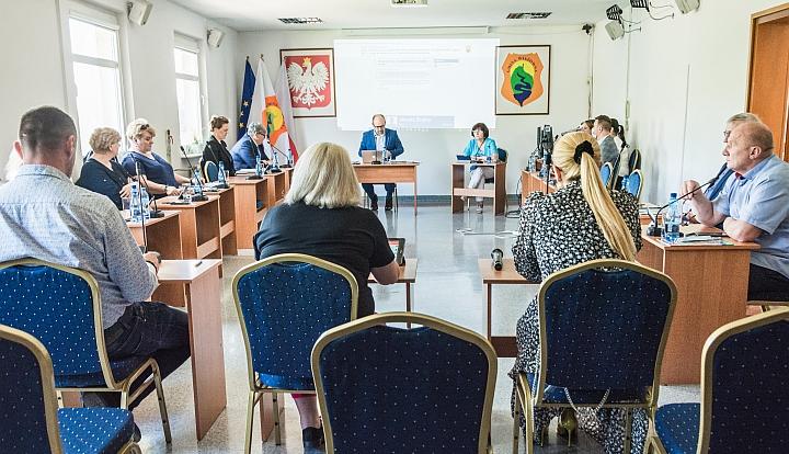 Nazwyczajna Sesja Rady Gminy Wiązowna. Grupa osób siedząca na sali