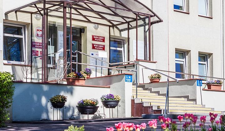 Wejście główne do Urzędu Gminy Wiązowna